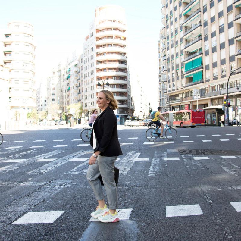 María-palop-cruzando-la-calle